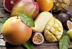 Exotiska frukter på en trätabell Fotografering för Bildbyråer
