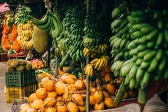 Exotiska frukter på hyllorna av marknaden royaltyfri bild