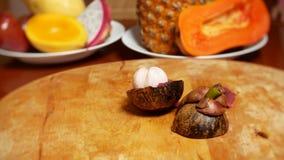 Exotiska frukter p? tabellen 4K Mangostin roterar på skärbrädan lager videofilmer