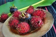 Exotiska frukter rambutan och mangosteen Arkivfoto
