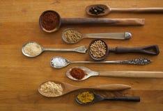 Exotiska kryddor i antika skedar Royaltyfri Bild