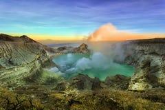 exotiska tingkrater ijen banyuwangien indonesia fotografering för bildbyråer