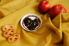 Exotiskt kinesiskt te med knoppar av en kryddnejlika, en koriander, skivor av äpplen, apelsiner, rosa peppar royaltyfri bild