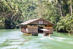 Exotiskt kryssningfartyg med turister på en djungelflod Ö Bohol, Filippinerna Fotografering för Bildbyråer