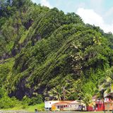 Exotiskt landskap i tusen dollar-Rivière, nord-öst av Martinique arkivfoton