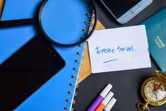 Exotiskt lopp på papper pass förstoringsglas, kompass, Smartphone royaltyfri fotografi