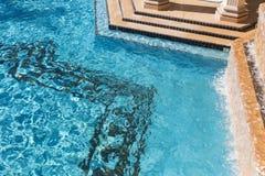 Exotiskt lyxigt simbassängabstrakt begrepp Arkivbilder
