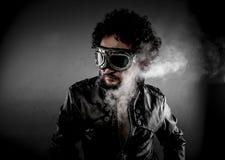 Expédiez, cycliste avec la veste en cuir habillée par ère de lunettes de soleil, SM énorme Photos stock