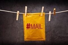 Expédiez l'enveloppe avec l'étiquette de gâchis sur la corde de vêtements Image stock