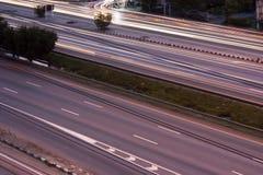 Expédiez la voiture avec la longue lumière mobile de tache floue pendant la nuit Photo stock