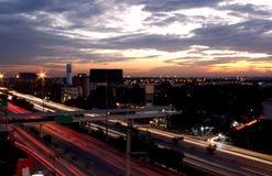 Expédiez la voiture avec la longue lumière mobile de tache floue pendant la nuit Vue Photo stock