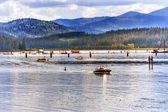 Expédiez le ` Alene Idaho de Coeur d de lac reflection de péniches images stock