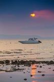 Expédiez le bateau en mer sur le fond de coucher du soleil Photos libres de droits