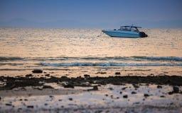 Expédiez le bateau en mer sur le fond de coucher du soleil Images libres de droits