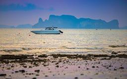 Expédiez le bateau en mer sur le fond de coucher du soleil Image libre de droits