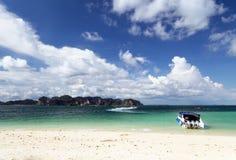 Expédiez le bateau sur la plage, Krabi, Thaïlande image libre de droits