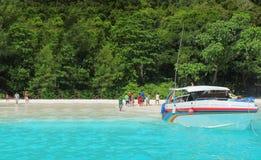 Expédiez le bateau sur le beack, île de Tachai Photo stock