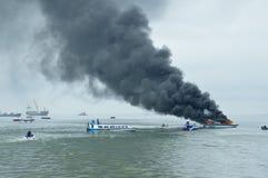 Expédiez le bateau sur le feu dans Tarakan, Indonésie Image libre de droits
