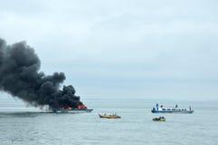 Expédiez le bateau sur le feu dans Tarakan, Indonésie photos libres de droits