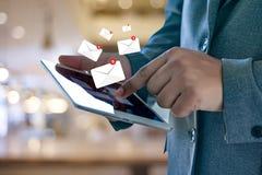 Expédiez le message de connexion de communication à la boîte de réception de expédition de contacts images libres de droits
