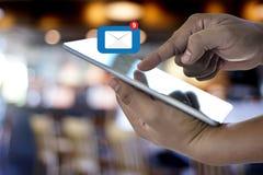 Expédiez le message de connexion de communication à la boîte de réception de expédition de contacts photographie stock