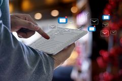 Expédiez le message de connexion de communication à la boîte de réception de expédition de contacts photo libre de droits