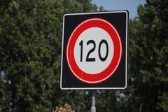 Expédiez le signe le long de l'autoroute aux Pays-Bas avec la limitation de vitesse de 120 kilomètres images libres de droits