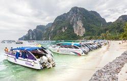 Expédiez les bateaux et les conducteurs attendant des touristes sur la plage Photographie stock libre de droits