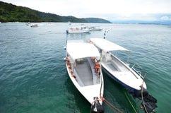 Expédiez les bateaux se garant à l'île de Sapi, Sabah photographie stock libre de droits
