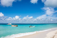 Expédiez les bateaux sur le bel océan clair avec le fond de ciel et de nuage Photographie stock
