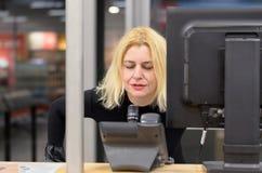 Expéditeur de femme sur le lieu de travail Photographie stock libre de droits
