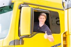 Expéditeur ou chauffeur de camion dans le chapeau de conducteurs image stock