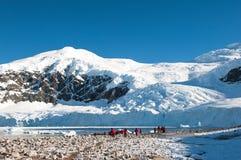 Expédition rouge de jupe explorant l'Antarctique Photos stock