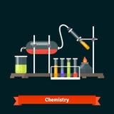 Expérience chimique et verrerie de laboratoire Images stock