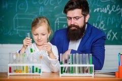 Expérience de chimie d'école Explication de la chimie pour badiner Comment intéresser des enfants étudier Leçon fascinante de chi images libres de droits