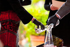 Expérience de chimie de jour du mariage Photo libre de droits