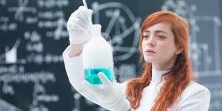 Expérience de laboratoire de chimie d'étudiant photographie stock libre de droits