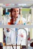 Expérience de mise en oeuvre de scientifique de femme dans le laboratoire de recherche Images libres de droits