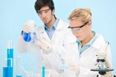 Expérience de virus de grippe - scientifique dans le laboratoire Image stock