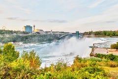 Expérience des chutes du Niagara puissantes au pont en arc-en-ciel dans nouveau Yor photos stock