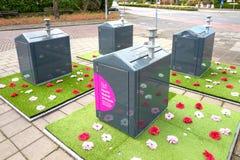 Expérience sociale de jardin avec les mini-yards en plastique d'Oracs autour des conteneurs souterrains de saleté images stock