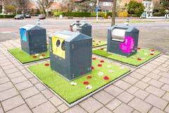 Expérience sociale de jardin avec les mini-yards en plastique d'Oracs autour des conteneurs souterrains de saleté images libres de droits