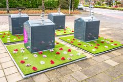 Expérience sociale de jardin avec les mini-yards en plastique d'Oracs autour des conteneurs souterrains de saleté photographie stock
