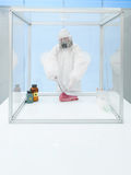 Expérimentation sur la viande crue dans la chambre stérile Image libre de droits