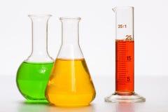 Expérimentez dans le laboratoire chimique avec le liquide dans le tube à essai photos stock