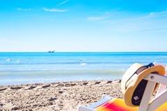 expõe ao sol o chapéu na cadeira de plataforma na praia Imagens de Stock