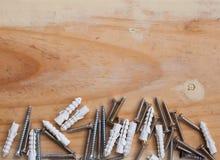 Expanderkruv och träbakgrund Royaltyfri Foto