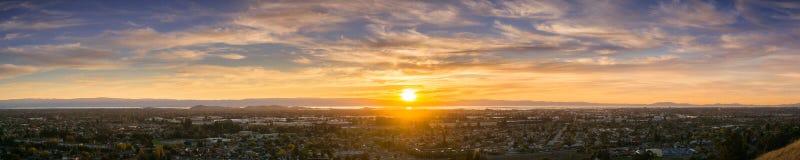 Expansiv solnedgångpanorama som består av städerna av östliga San Francisco Bay Arkivbild