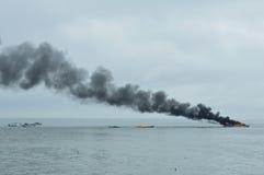 Expédiez le bateau sur le feu dans Tarakan, Indonésie Photo libre de droits