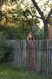 Expectant dziewczyny smutni stojaki za drewnianym częstokołem w wioska ubiorze zdjęcia royalty free